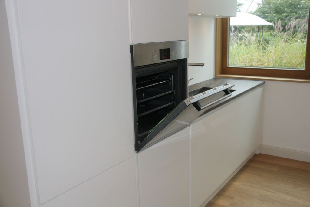 Küche weiß grifflos lackiert, Naturstein-Arbeitsplatte - Schreinerei ...