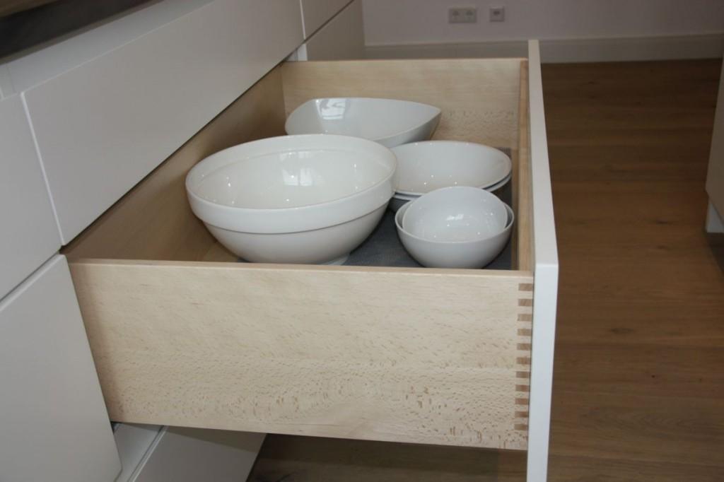 Küche weiß grifflos lackiert, Naturstein-Arbeitsplatte ...