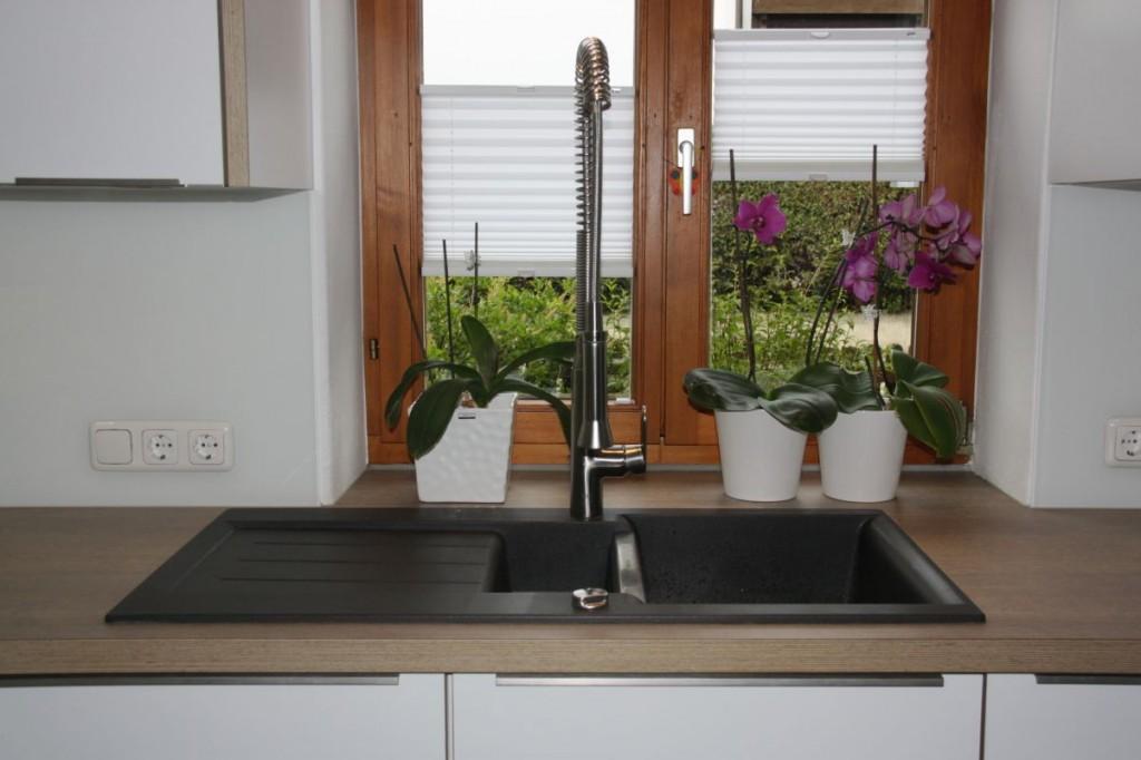Küche weiß, Eichen-Arbeitsplatte, Edelstahl-Griffe - Schreinerei ...