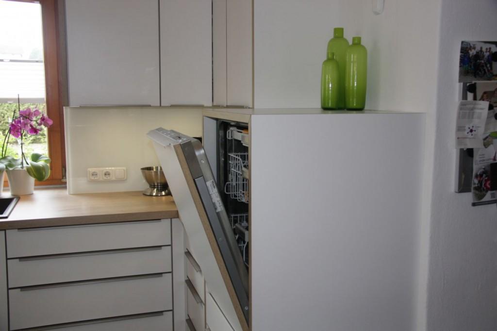Küche Weiß, Eichen-Arbeitsplatte, Edelstahl-Griffe - Schreinerei