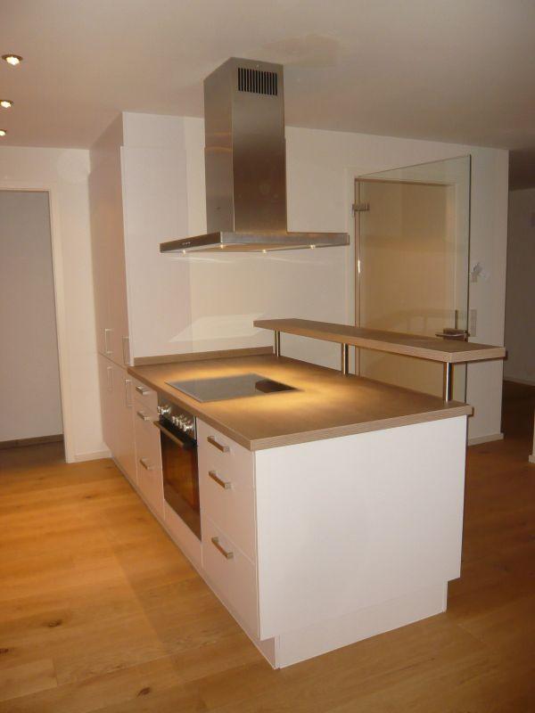 Küche weiß, HPL-Arbeitsplatte Eiche-Astig, Edelstahl-Griffe ...